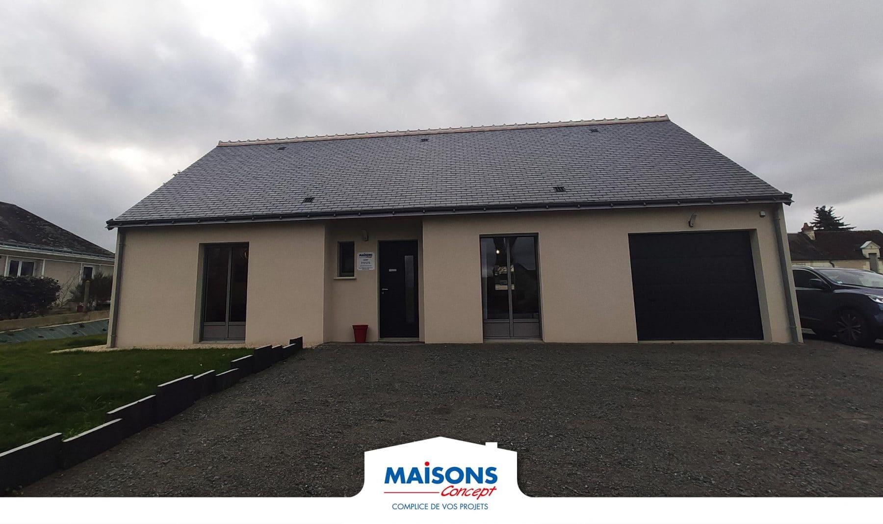 Maison traditionnelle avec un toit ardoise qui est l'agence Maisons Concept de Perrusson