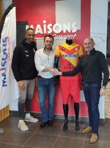 Photo du directeur commercial de Maisons Concept avec le responsable commerciale du FC Ouest Tourangeau, Bruno CHARLES et Emmanuel FRANCOIS